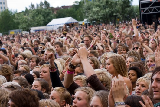 festival-crowd-at-peace-love-1432342-1279x852
